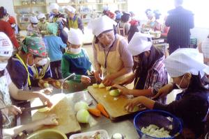 小学校の家庭科授業補助活動