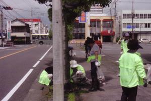 地域主要道で清掃活動