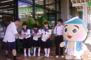 中学生も参加する募金活動